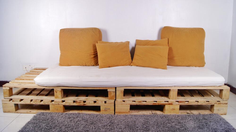 Colchão antigo que virou estofado para um sofá de pallet.