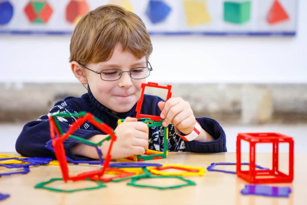 Imagem de uma criança brincando com peças de encaixar.